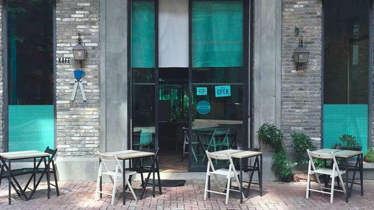 ¿Cómo decorar una cafetería sencilla con los colores correctos?